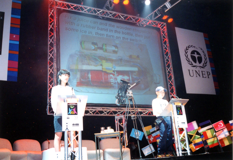 「国連こども環境会議inイーストボーン」で発表する日本代表の子供たち